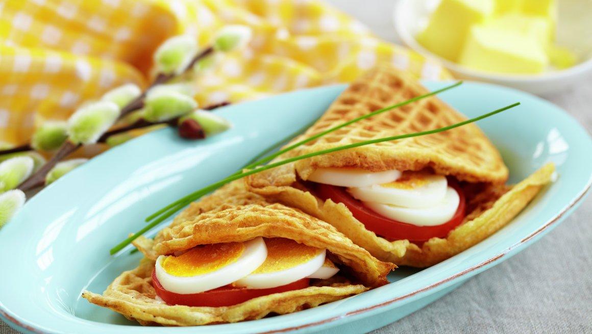 Vafler med egg og tomat