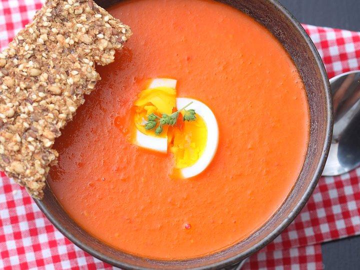 Tomat- og gulrotsuppe med egg