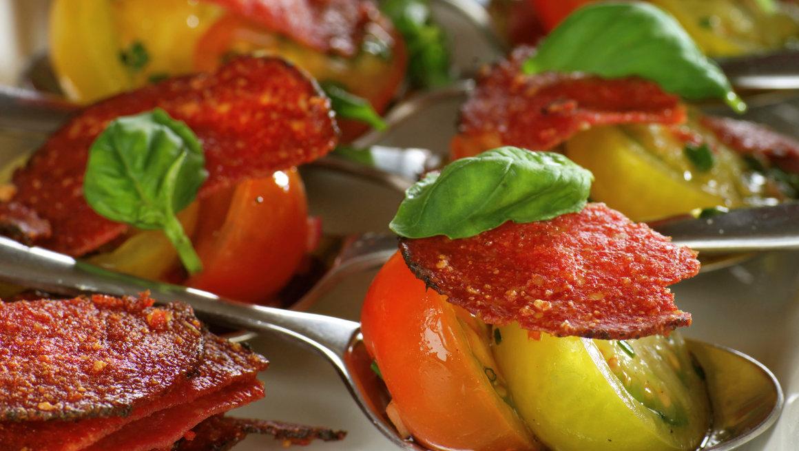 Stekte salamiskiver med cherrytomater