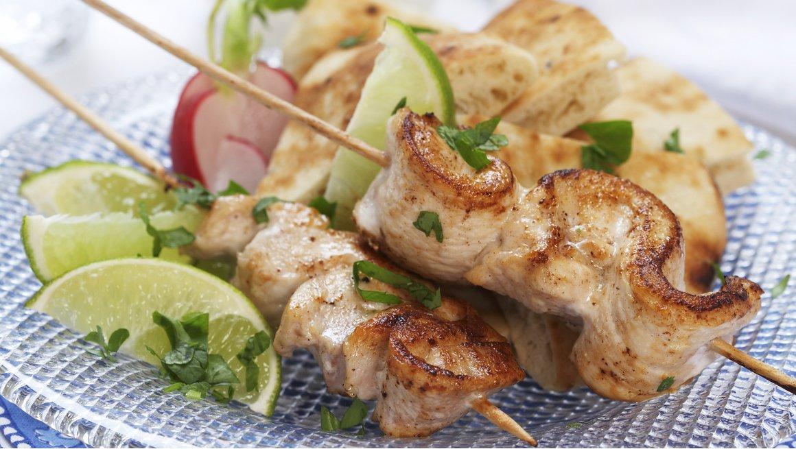 Kyllingfilet på spyd med agurksalat og nanbrød