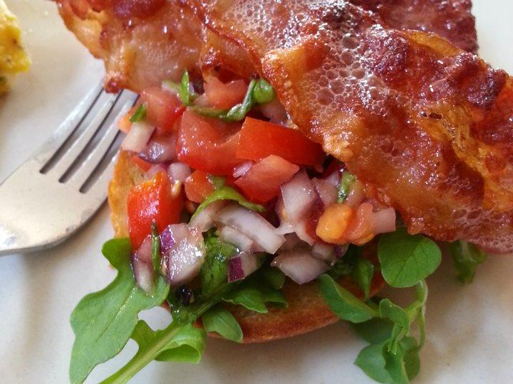 Bacon smørbrød med tomat og rødløk