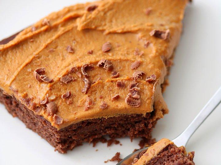 Sunn sjokoladekake med peanøttglasur