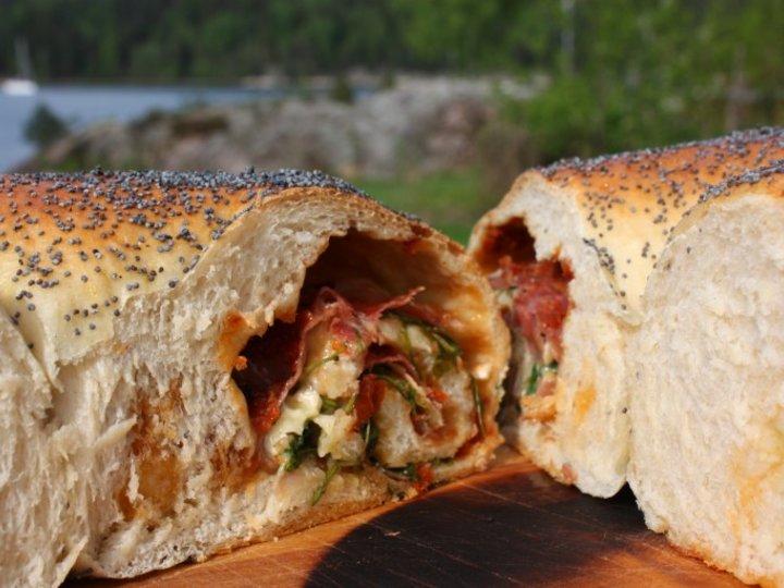 Fylt lunsjbrød med spekeskinke, ruccola og brie