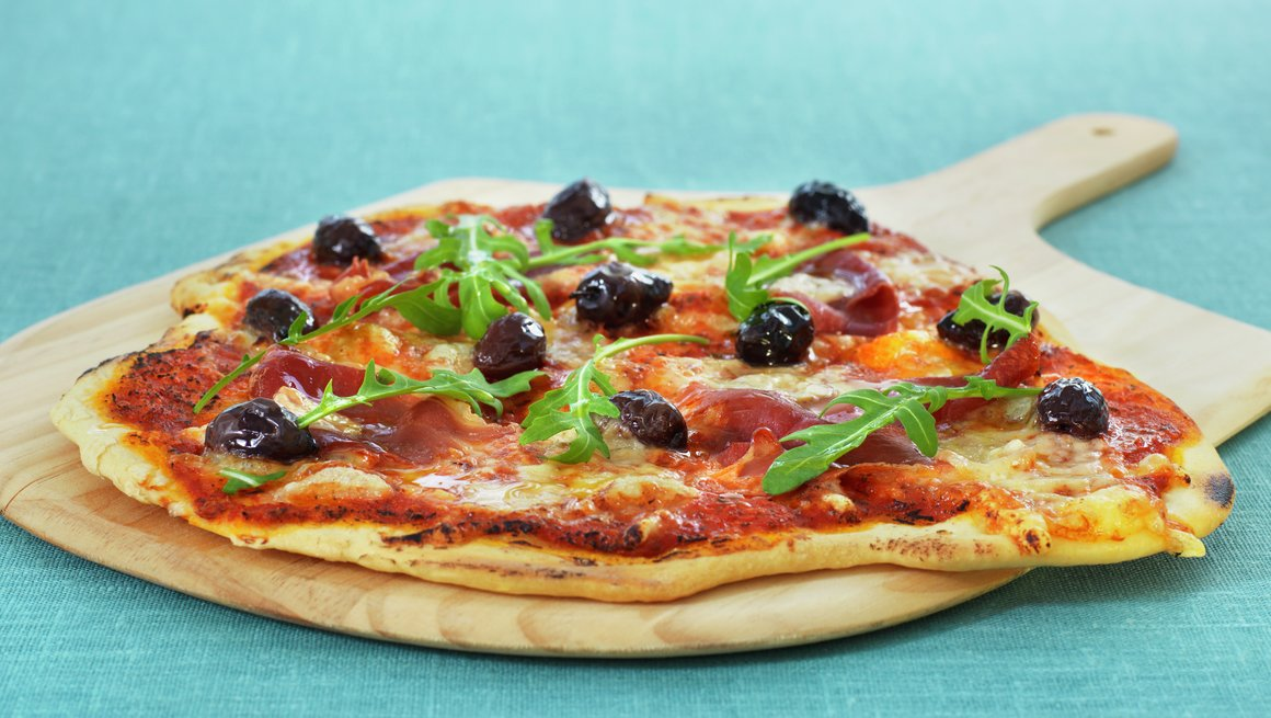 Italiensk pizza med spekeskinke og oliven