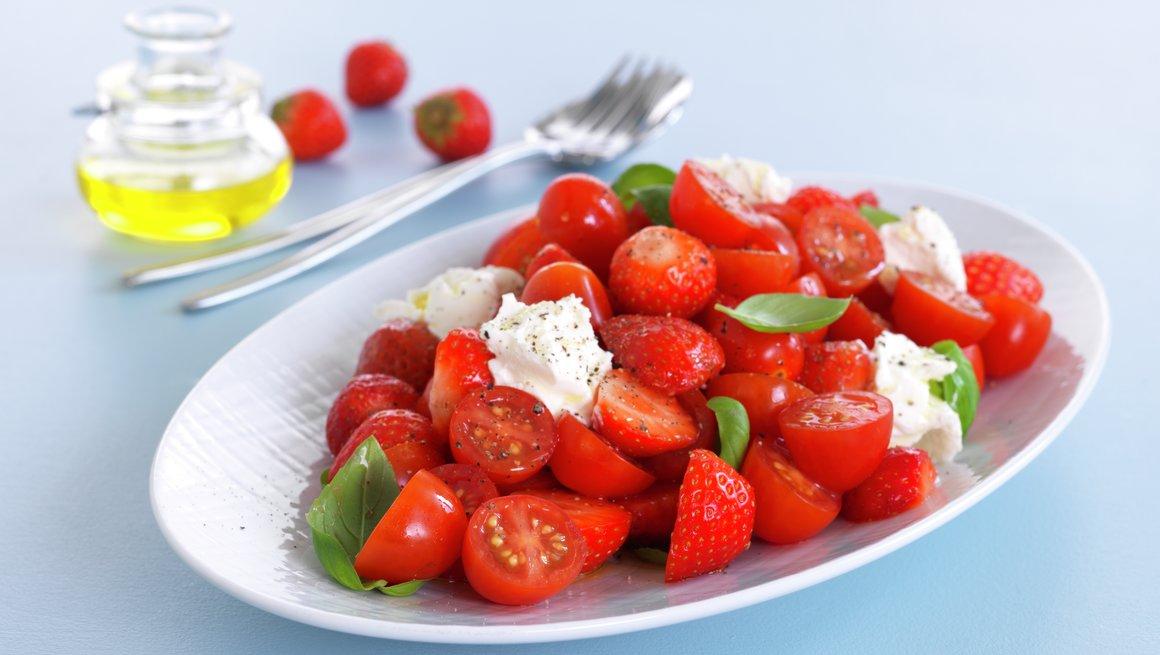 Jordbær- og tomatsalat