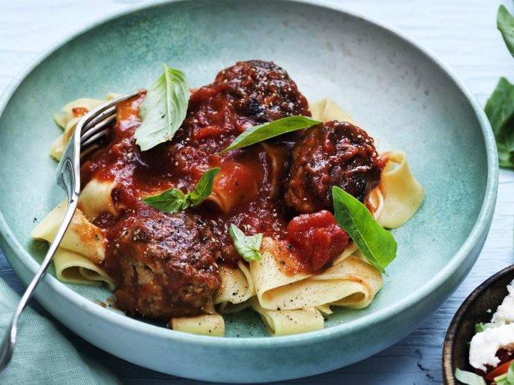 Kyllingkjøttboller med pasta og tomatsaus