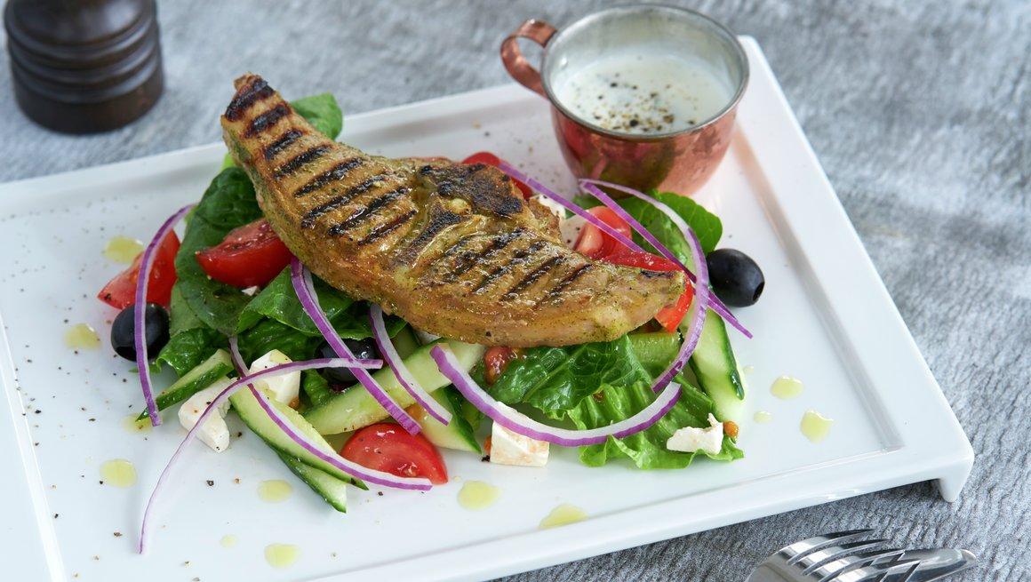 Nakkekoteletter med gresk salat