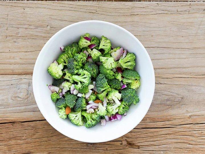Rå brokkolisalat