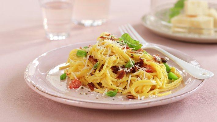 Ravioli med tomat, spekeskinke og sukkererter