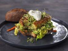 Bønneburger med avokado og urtekrem