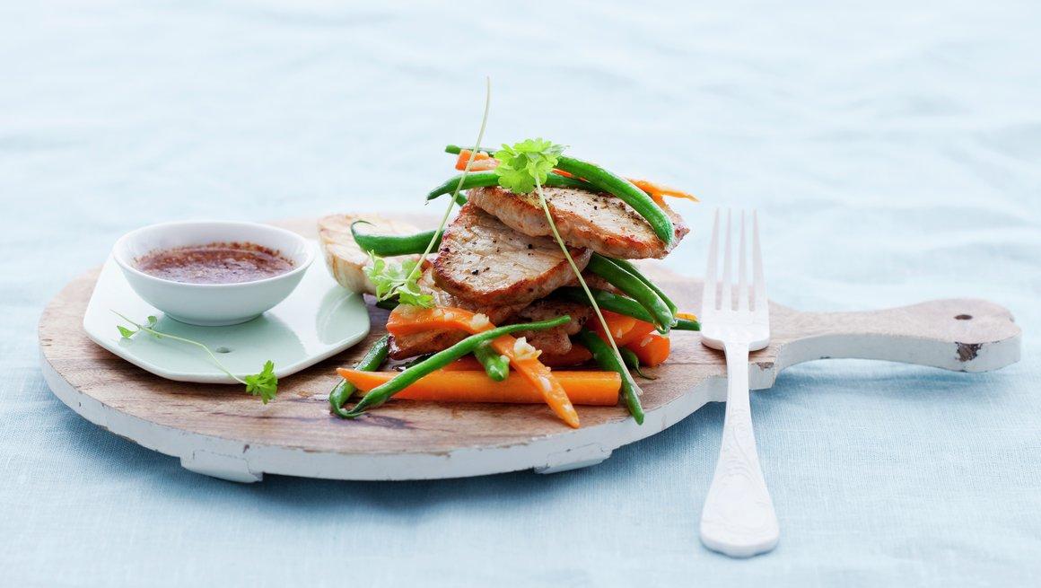 Minuttbiff av svin med hvitløksgrønnsaker