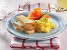 Røkelaks med eggerøre og toast