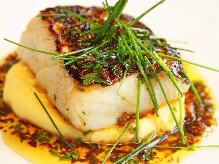 Skinnstekt torsk, potetstappe med hvitløk og soyasmør