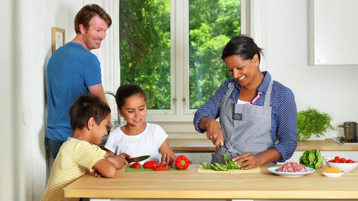 Familie på kjøkken 2