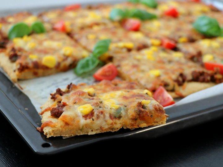 Sunn pizza med enkel havrebunn – uten heving