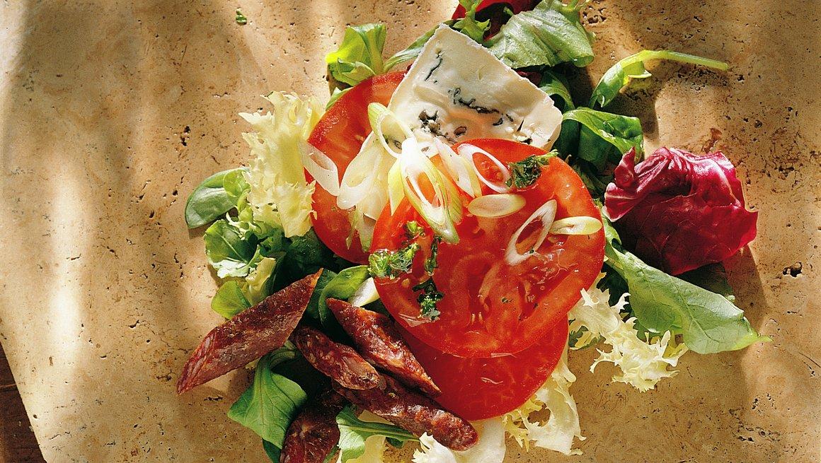 Snackpølse, tomater og blåmuggost