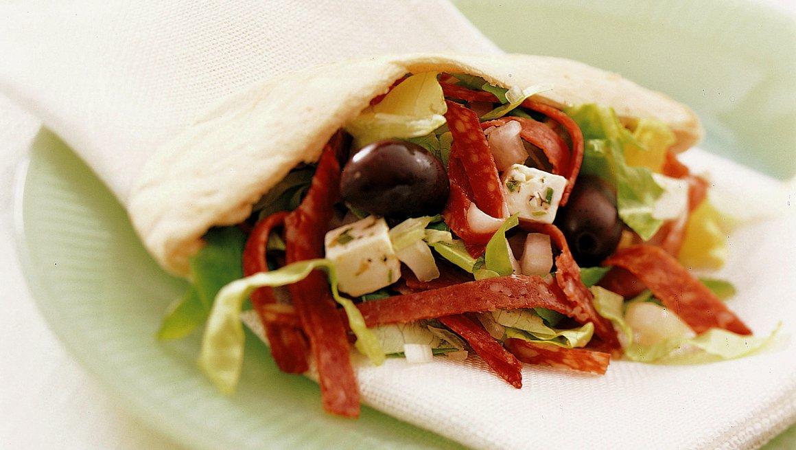 Pitabrød med salami og marinert fetaost