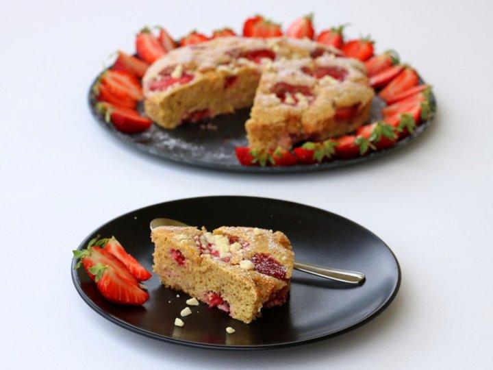 Vaniljekake med jordbær og kvit sjokolade