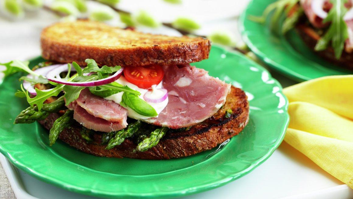 Lammesandwich med pesto og asparges