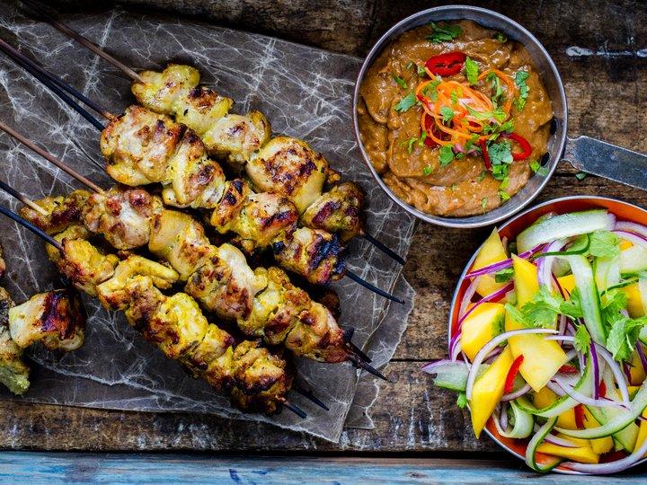 Curry- og kokosmarinerte kyllingspyd med peanøttsaus