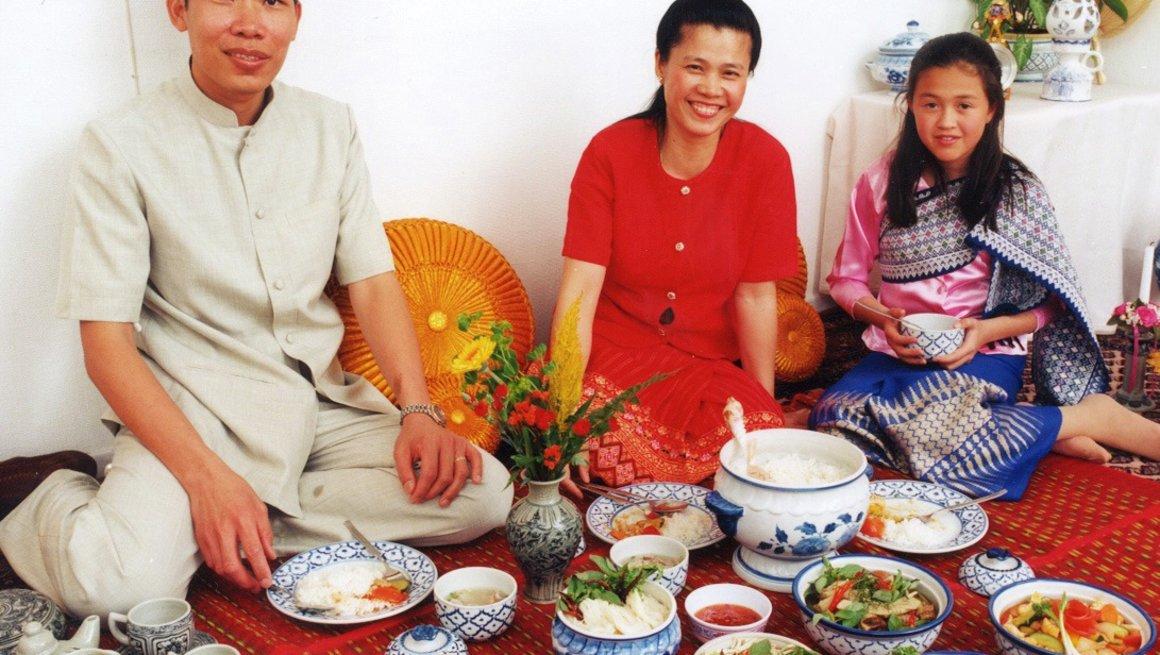 Thailandsk familie spiser middag