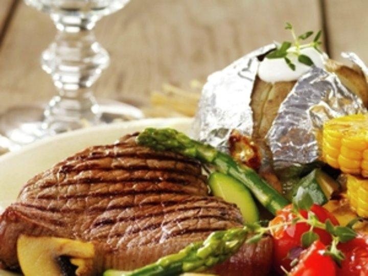 Biff med bakt potet og grillgrønnsaker