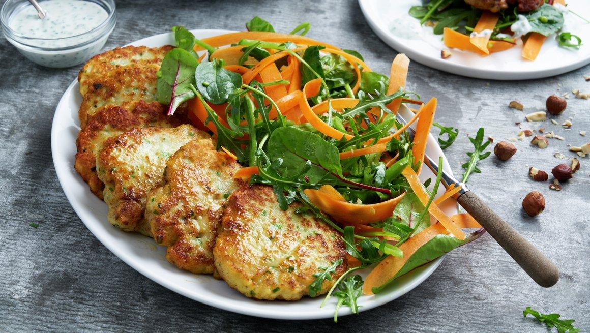 Seikaker med sprø salat og gressløksaus