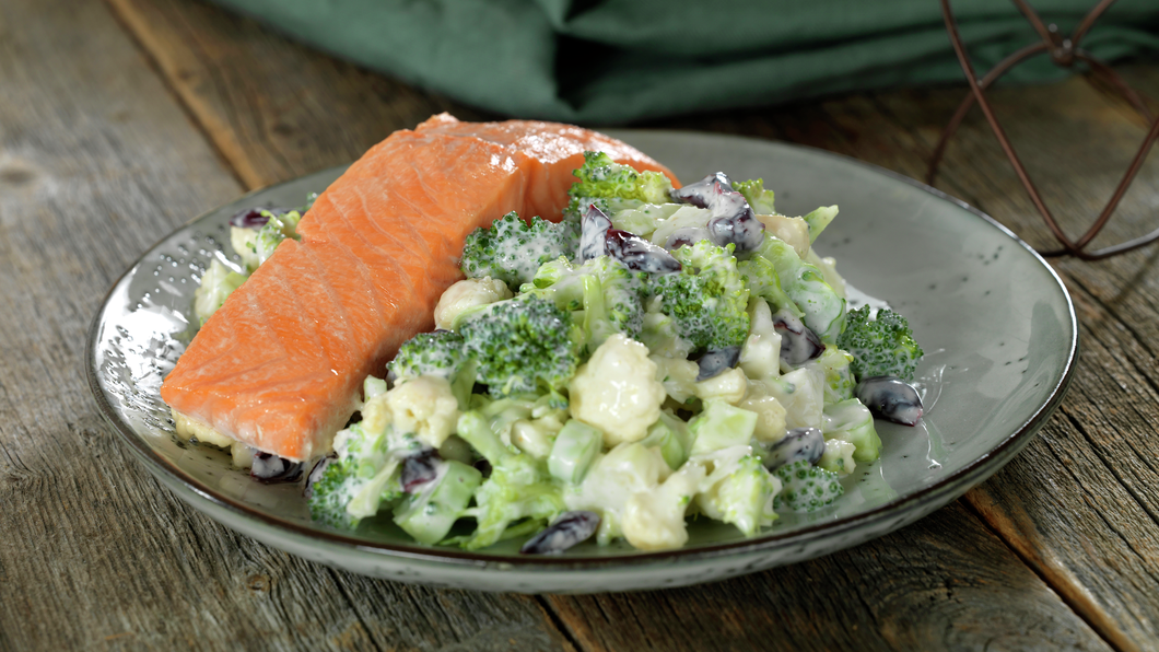 Laks med brokkoli- og blomkålsalat