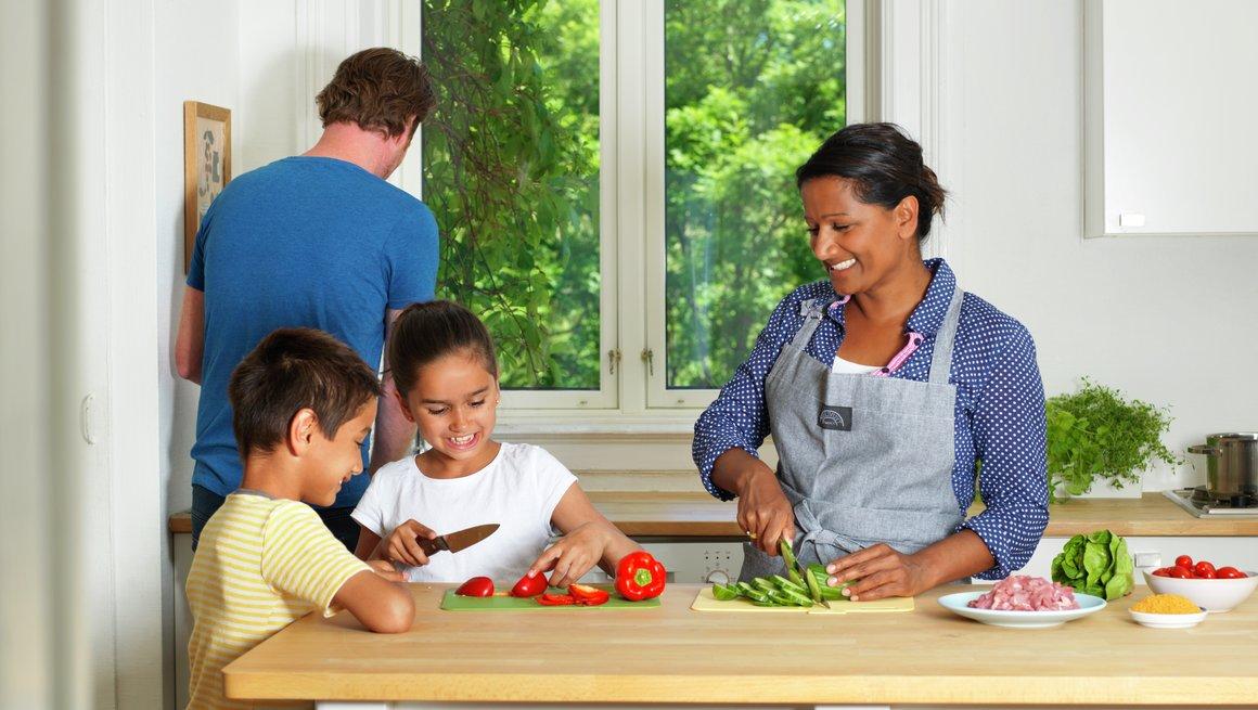 Familie på kjøkken 1
