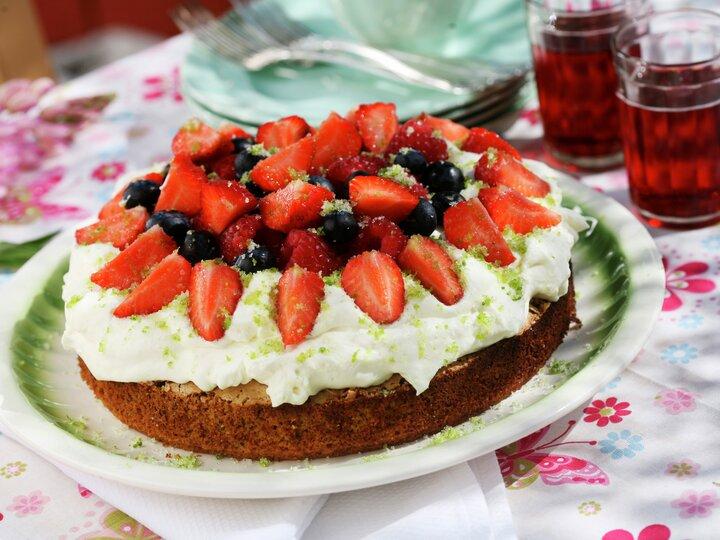 Sommerlig nøttekake med bær