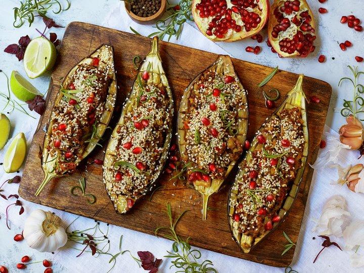 Fylt aubergine med sopp og sesamfrø