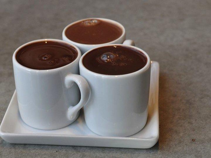 Varm sjokolade med noe godt i