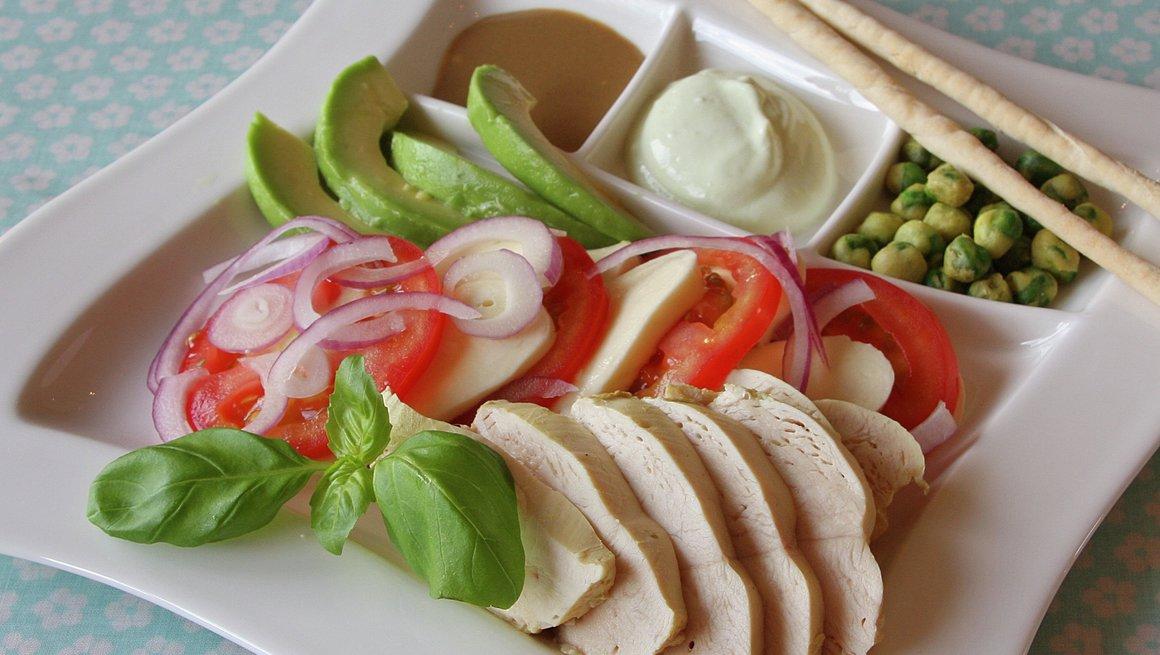 Kyllingsalat med mozzarella og avokado