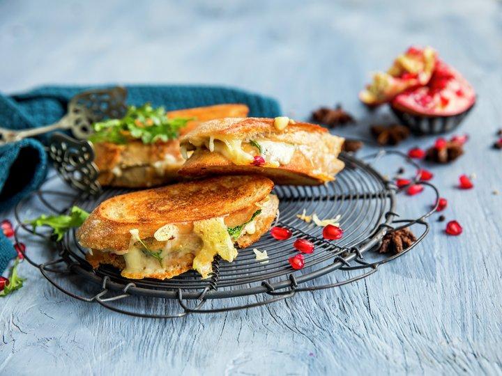 Toast med ruccula og granateple