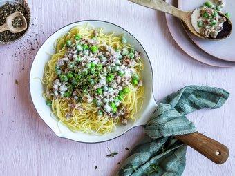 Kremet spagetti med kjøttdeig av svin, bacon og erter