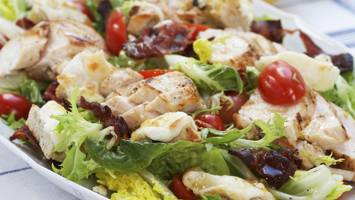 Kylling- og chèvresalat med bacon