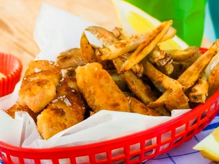 Sprø fiskepinner med chips