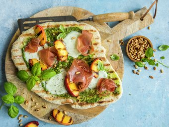 Pizza med spekeskinke og fersken