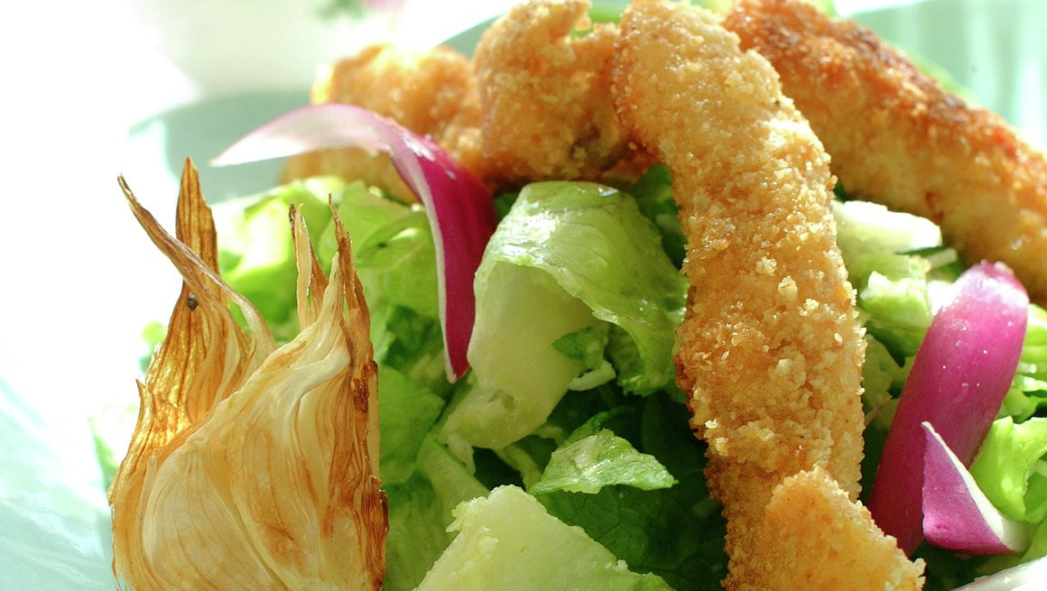 Sprøstekt kyllingfilet på avokadosalat