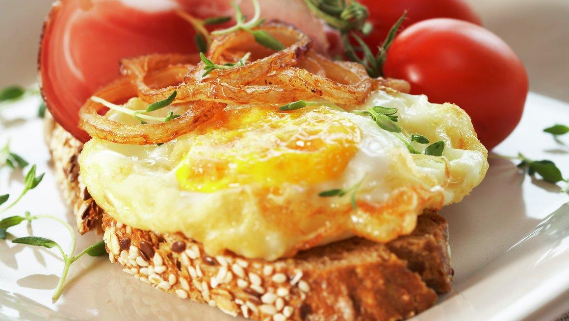 Frityrstekte egg- og løkringer med spekeskinke
