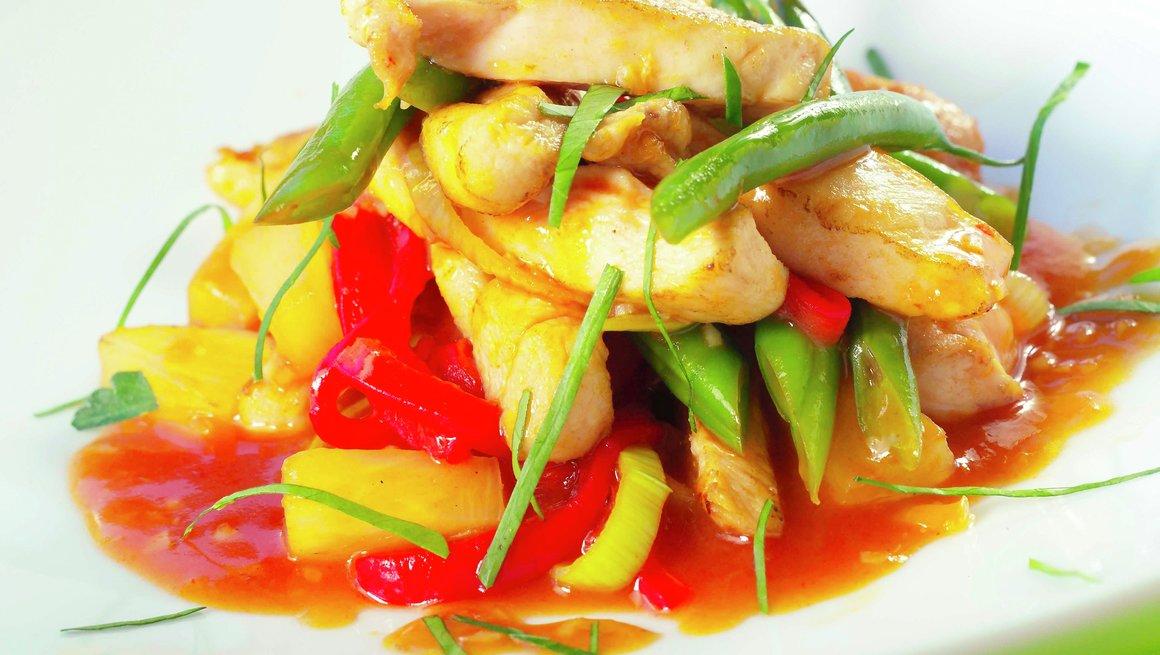 Kyllingwok med ananas og sursøt saus