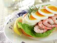 Dansk smørrebrød med egg og reker