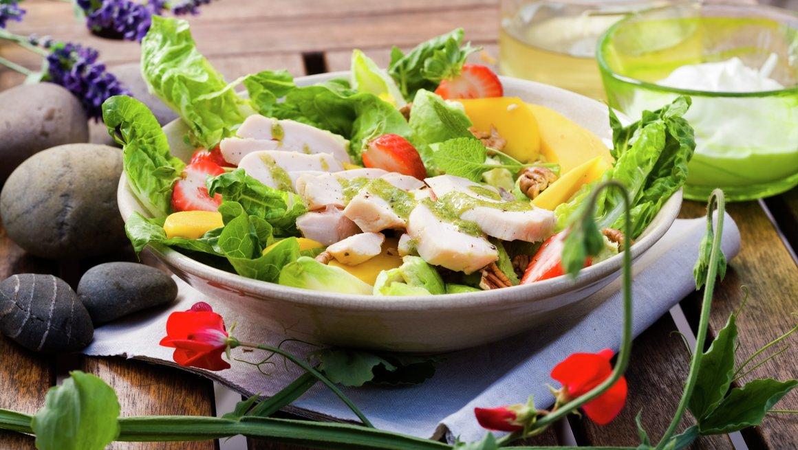 Salat med lettsaltet kylling og brie