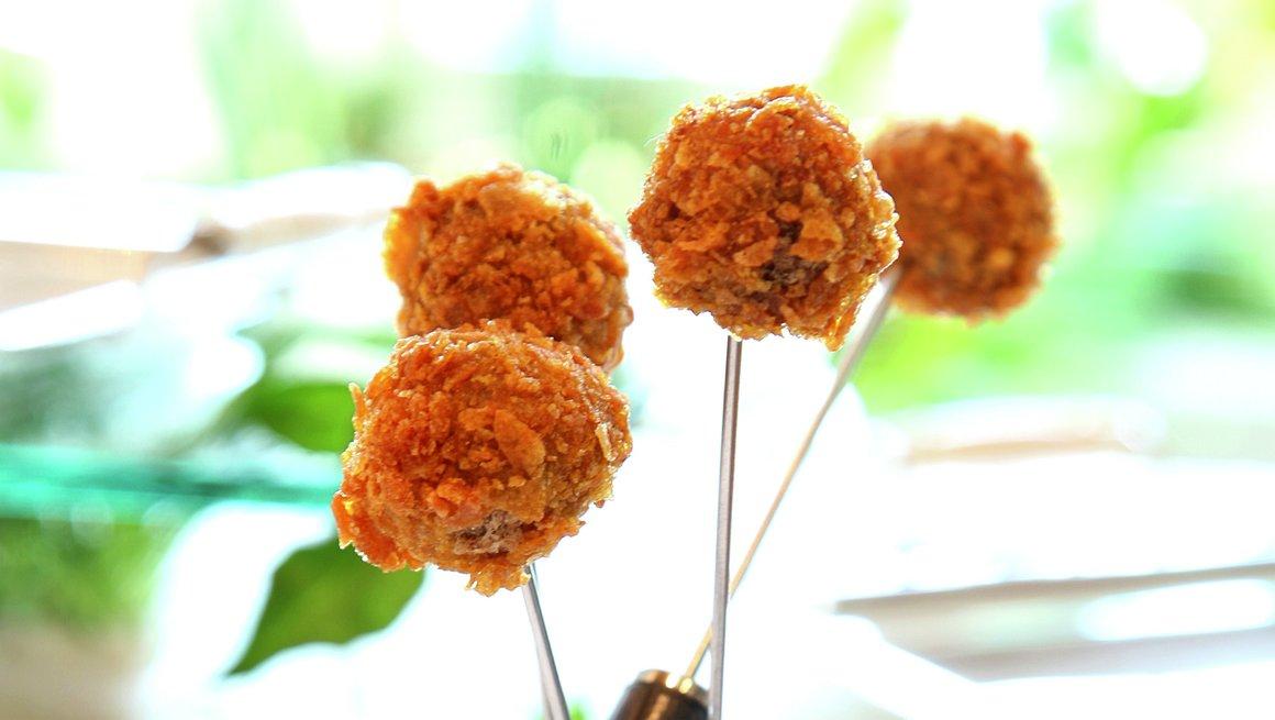 Cornflakespanerte kyllingboller med gåselever