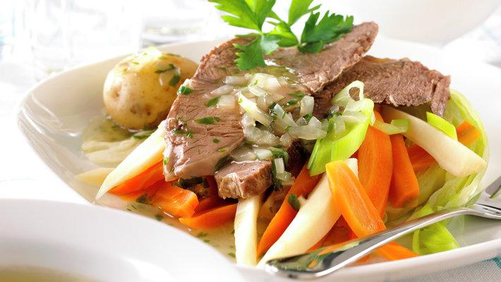Ferskt kjøtt og suppe med løksaus