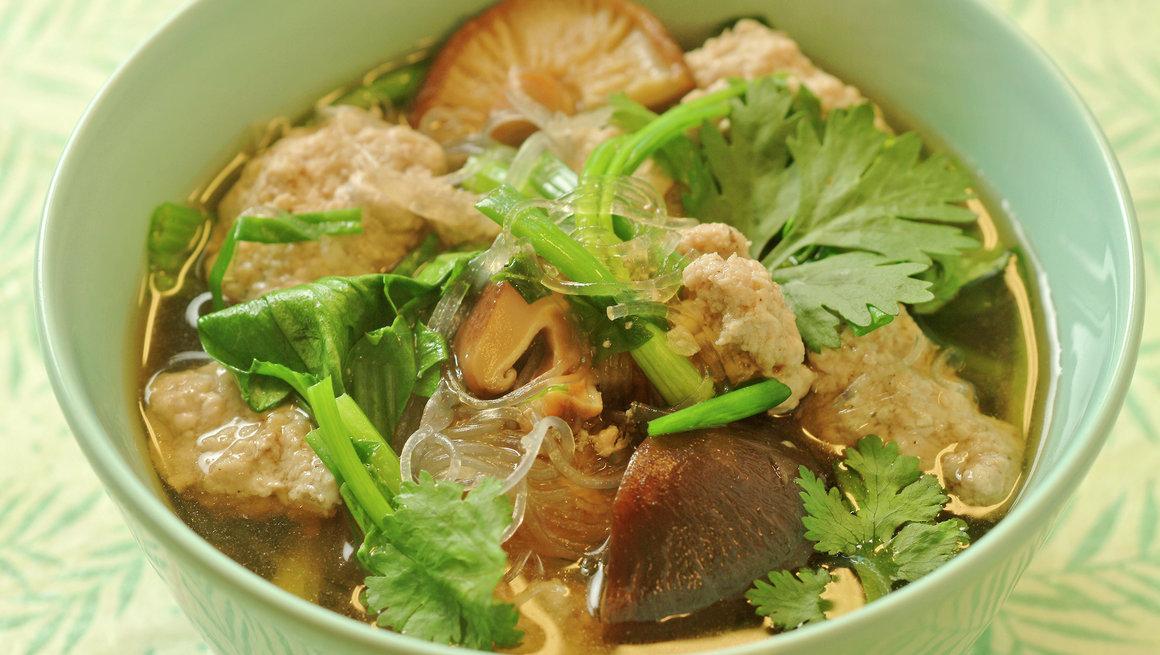 Gaeng chöt - moo sap wunsen suppe med svinekjøttboller og glassnudler