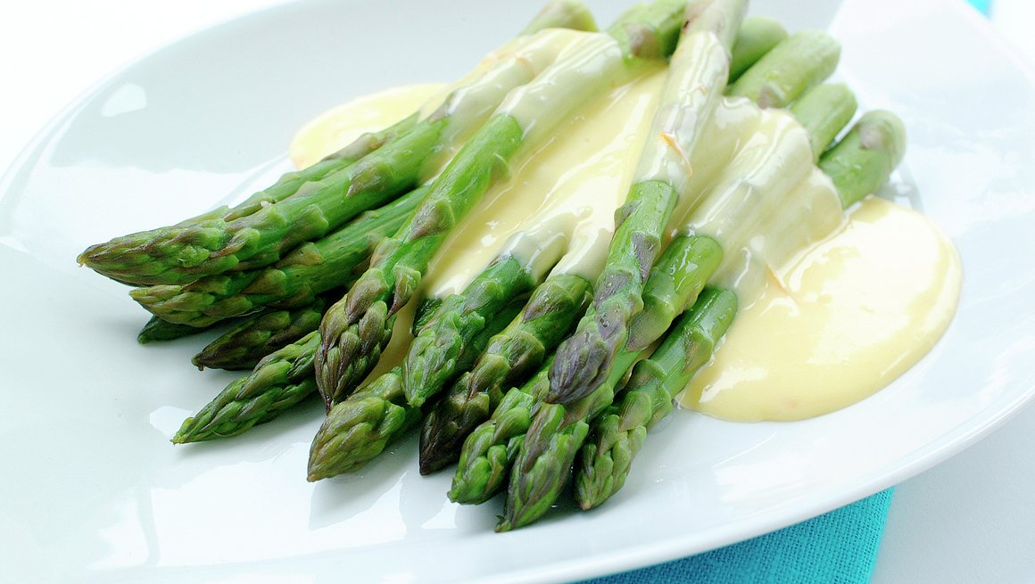 Frisk asparges med sitron-hollandaise
