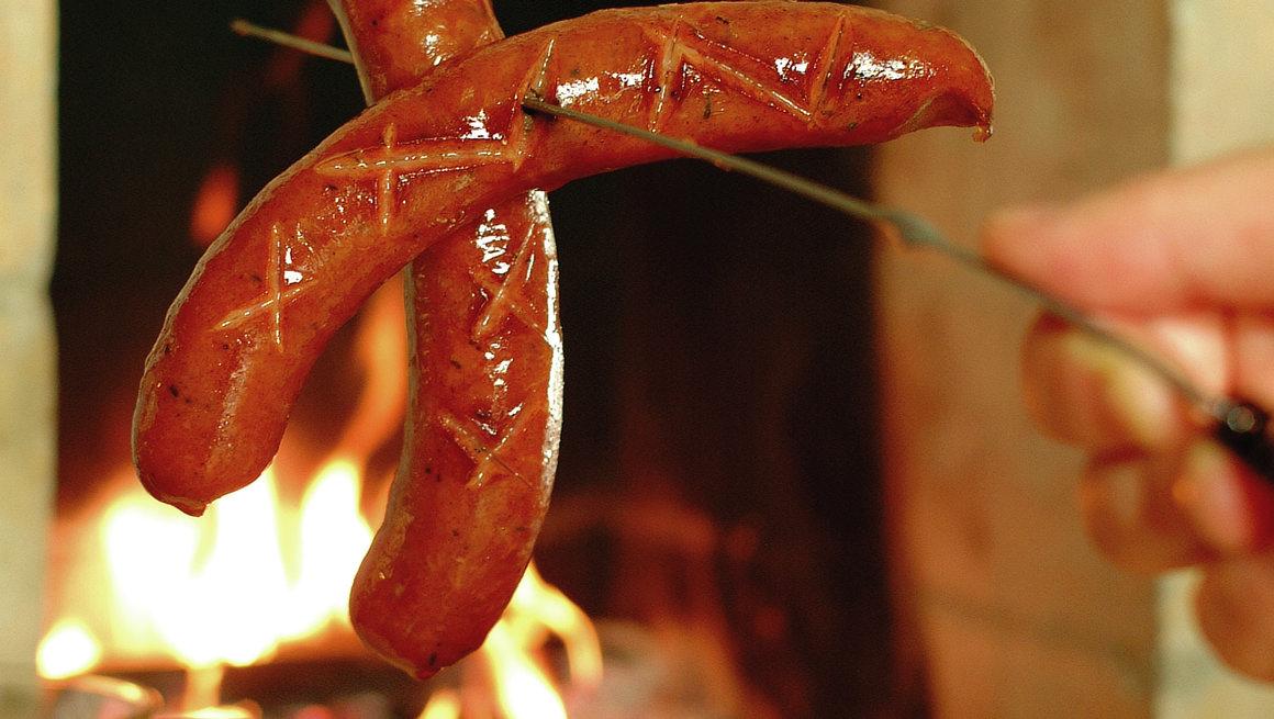 Grill pølsene i peisen