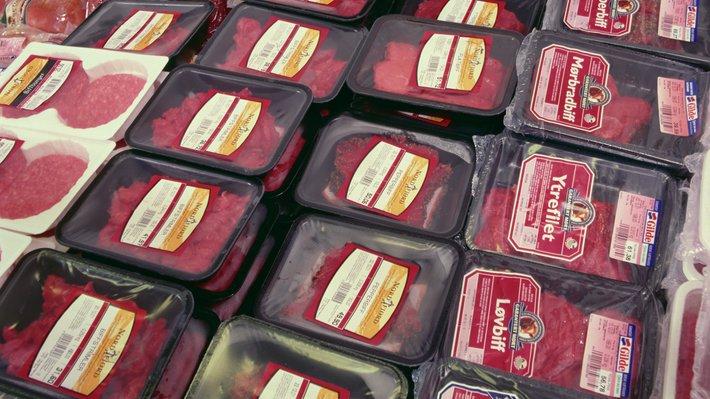 Stykket kjøtt pakket på skål