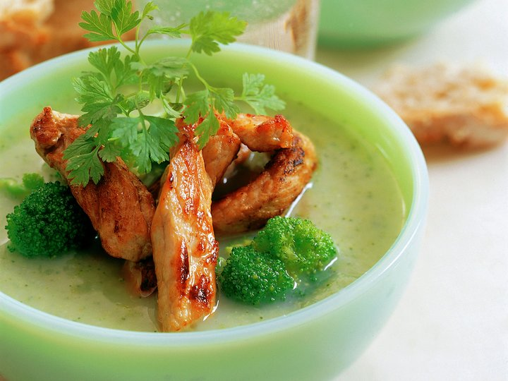 Grønnsaksuppe med strimlet svinekjøtt